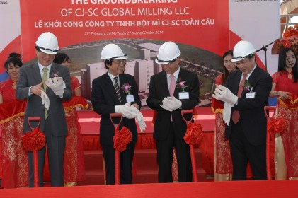 The Ground Breaking ceremony of CJ-SC Global Milling - L-R: President and CEO CJ CheilJedang Corporation Mr Chul Ha Kim; Consulate General of Japan Mr Harumitsu Hida; Consulate General of Korea Mr Jae Hack Oh; and Executive Vice President Sumitomo Mr Shinichi Sasaki.